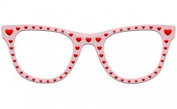 Rosarote Brille mit roten Herzchen  freigestellt